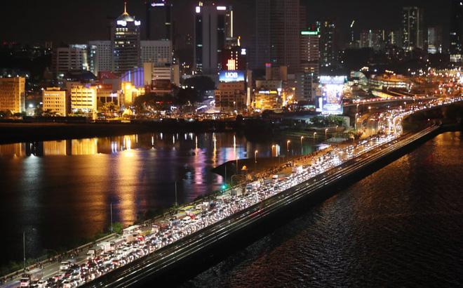 Ảnh thế giới 24h qua: Người Malaysia tràn sang Singapore trước giờ biên giới đóng cửa